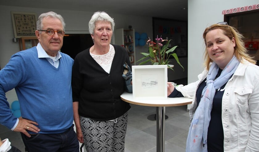 Wethouder Ilona Jense kwam langs en bood de jubileumcommissie van het Kerkelijk Centrum een fraaie pentekening aan van de 'S-bocht van Delfgauw'.