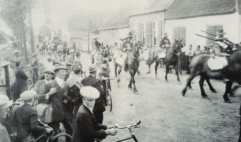 Een historische optocht ter gelegenheid van het vijfentwintigjarig regeringsjubileum van Kon. Wilhelmina in 1923, dwars door de Katwijkerbuurt. (archief Wim Meijer)