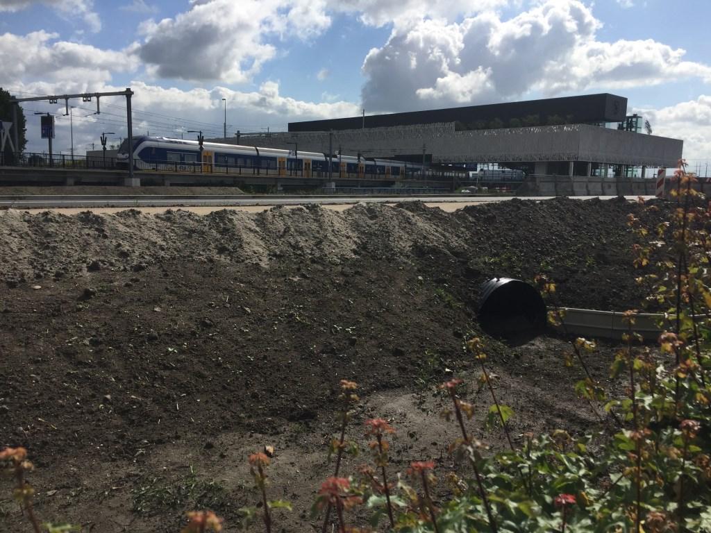 In het verre verlengde van de Zilverstraatin de uiterste hoek van het bedrijventerrein is het nieuwe station Lansingerland-Zoetermeer over de A12 goed te zien.  © Postiljon
