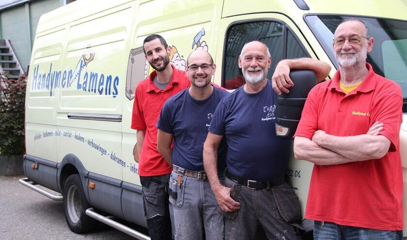 Jurian, Micha, Kees en Ruud Lamens bij de bedrijfsbus die vooral rondjes rond de kerk rijdt…