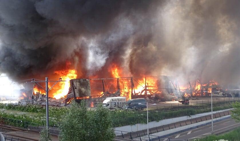 Het pand ging volledig in vlammen op. (foto: Ria Wilschut)