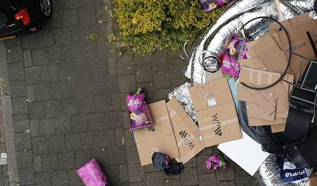 De restanten van een wietplantage open en bloot op straat (foto via Ap de Heus; fotograaf onbekend