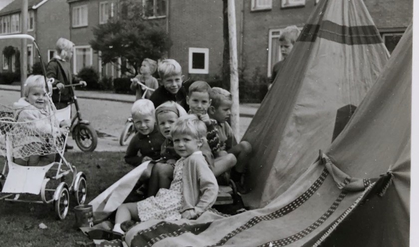Mauritsstraat in het prille begin van de jaren zestig. De oud-bewoners en nieuwe bewoners hebben altijd een sterke 'straatband' met elkaar gehad. Foto: pr