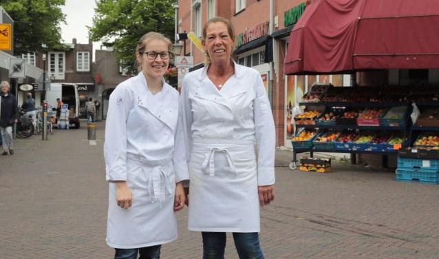 Twee dames van bakker Jongerius in de Dorpsstraat: Liesbeth (l.) en Willian. Foto: Jan van Es