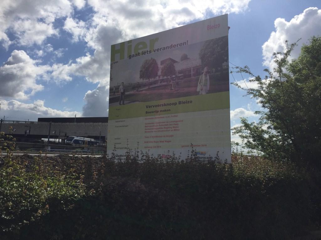 Het bord met de aankondiging van het bouwrijp maken van de grond (mei-december 2016) voor het nieuwe vervoerspunt Bleizo (nu station Lansingerland-Zoetermeer)staat er nog steeds.  © Postiljon
