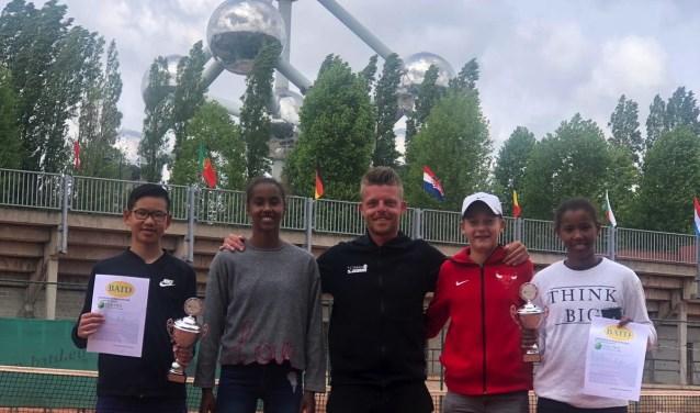 Zoetermeerse spelers en trainer van Y4Tennis-TVDR op de Ten-Pro Global Junior tour. Foto: pr