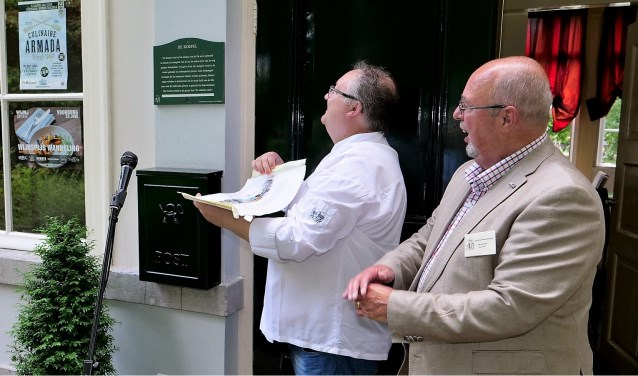 Kees Verbeek van de Stichting Mooi Voorburg hield een toespraak en daarna onthulde Leo van Langh het schildje (foto: Ot Douwes).