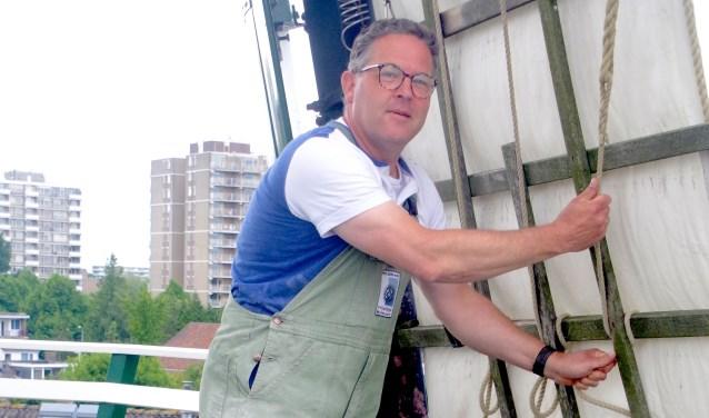 Herman Polderman op molen De Hoop. Het leuke aan een molen vindt Herman de techniek en ook het fysieke werk. Foto Cor Groen