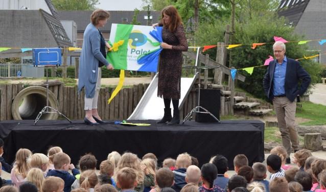 Toekomstig directeur Annemieke Weijsters onthulde samen met Erna Maassen van Kern Kinderopvang het nieuwe logo. Foto: Monica Zomer