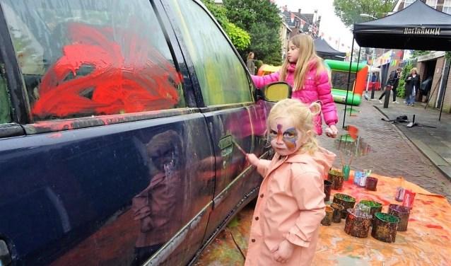 De kinderen konden een auto bekliederen om er zo een kunstwerk van te maken (foto: Ap de Heus).