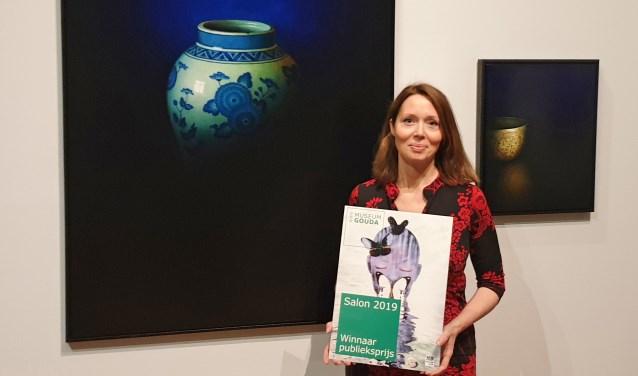 Kunstenaar Debora Makkus uit Zoetermeer bij haar schilderijen in Museum Gouda. Foto: pr
