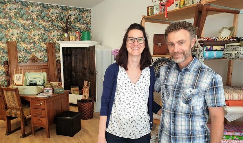 José en René Kool geven deze maand bij € 15,- aan stoffen en fournituren een leuke verassing (foto: Inge Koot).