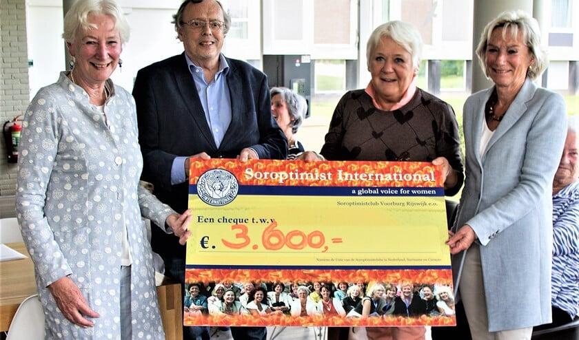 Wim Schmale van Stichting Leergeld nam de cheque in ontvangst.