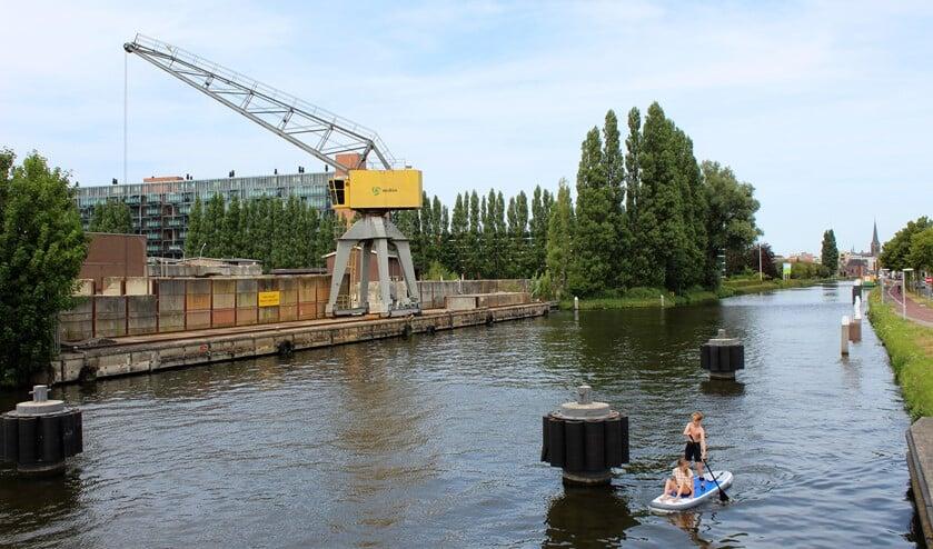 De locatie waar de brug zo ongeveer zou moeten komen (tekst: Inge Koot, archieffoto DJ).