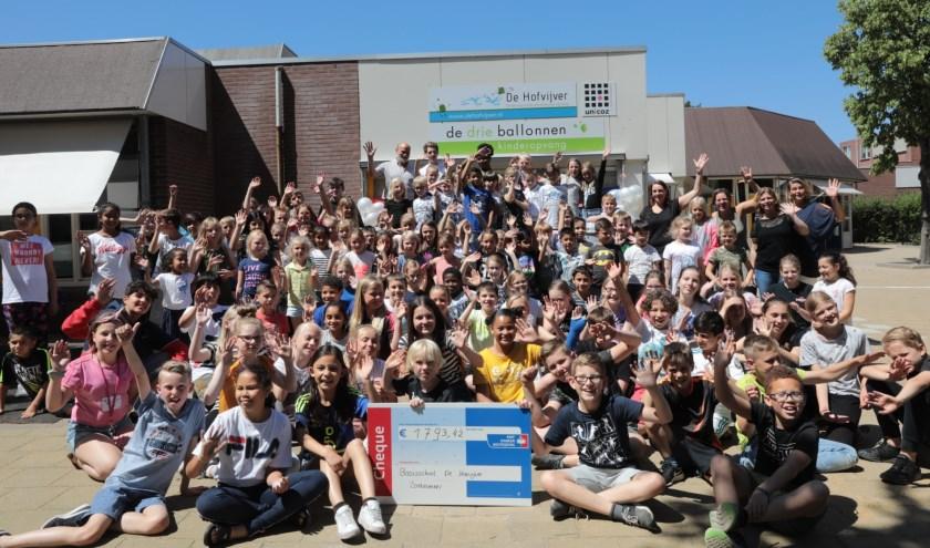 De leerlingen van De Hofvijver met de cheque voor KWF Kankerbestrijding. Foto: Jan van Es