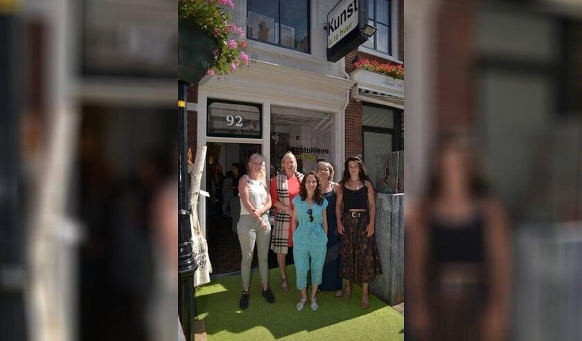 Vlnr Lisette Krul (Kunstuitleen), Astrid van Eekelen, Moran Fisher, Jolijn de Wolf en Cecilia Rebergen (Foto:  Eduard Evenblij).