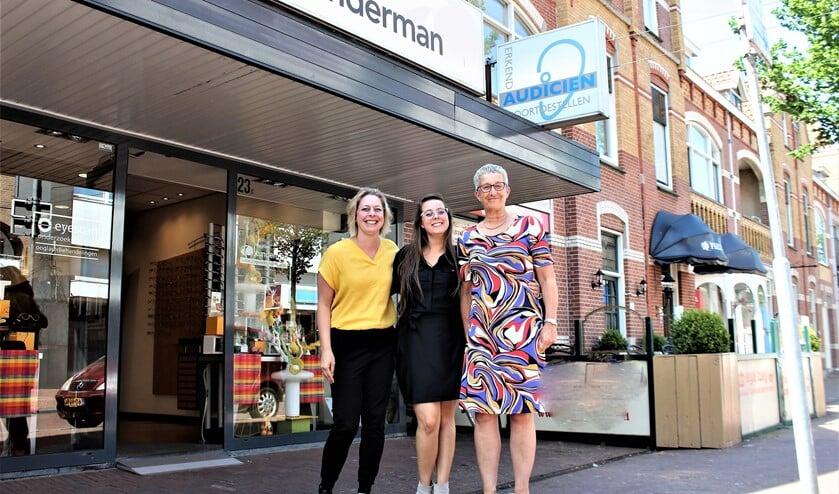 De opticiens Mathilde van Osch-Selling en Janine Willemstein en audicien Gerrie Jansze van Tunderman aan de Damlaan.