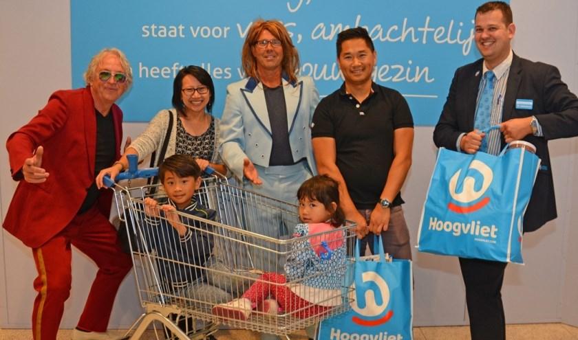 Dit zijn de gelukkige winnaars van de eerste hoofdprijs in de Zinderende Zondagse Zomerloterij. Foto: Gerard van Warmerdam