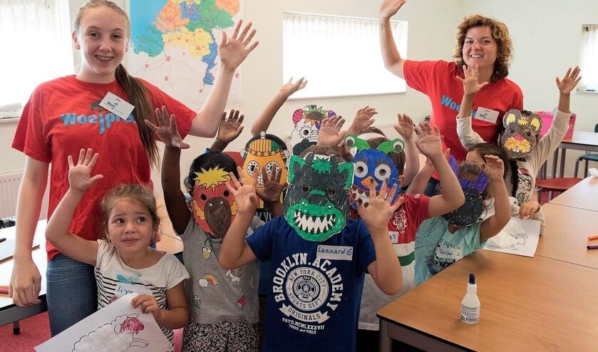 Kinderen zijn creatief bezig en maken plezier tijdens ZomerPret (archieffoto Michel Groen).