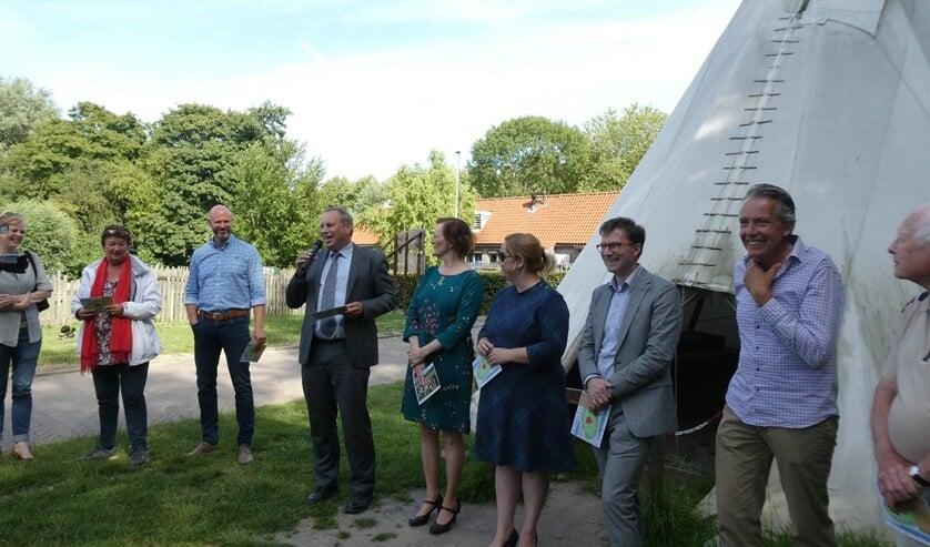 Van links naar rechts: Wethouder Hennevanger (microfoon), Wethouder Huijsmans, Wethouder Jense, Wethouder Brandligt, Gé Kleijweg.
