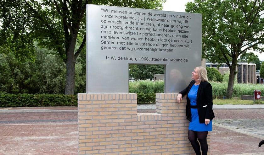 Wethouder Astrid van Eekelen onthulde het kunstwerk 'Venster op het verleden' (Foto's: Michel Groen)