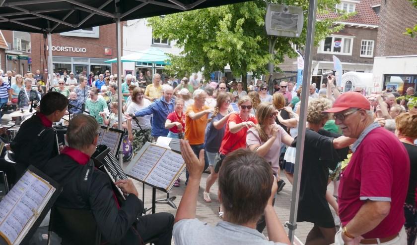 De Jostiband bracht de Dorpsstraat zaterdag in een echte feeststemming. Foto: Jan van Es