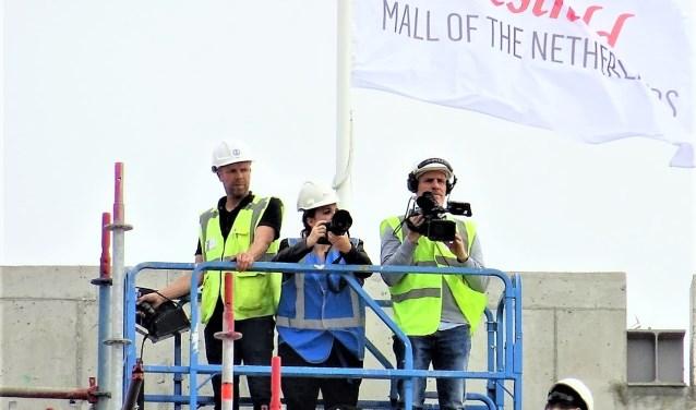 Vanaf de grond was de in top gehesen vlag nog net te aanschouwen (foto: Ap de Heus).  © Het Krantje