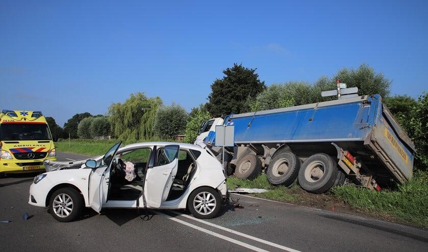 Een personenauto en een zandwagen kwamen op de N206 bij Zoeterwoude/Stompwijk met elkaar in botsing (Foto: Koen Jongen/Regio15)