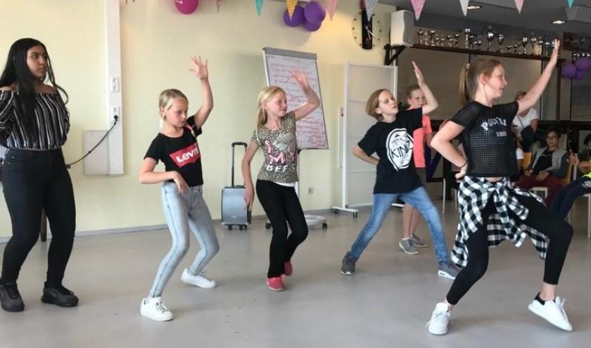 Dansdocent in spe Fiene (r.) studeerde met de kinderen een choreografie in. Foto: Piëzo