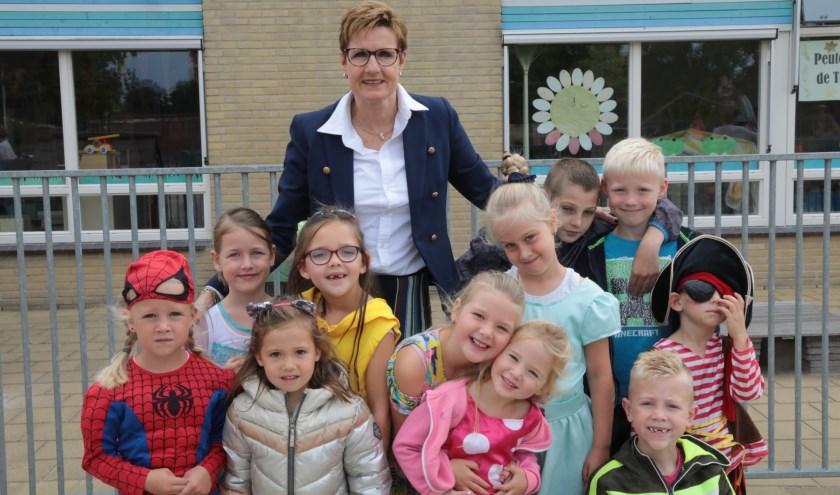Directeur Elly Segboer met enkele kinderen van IKC De Baanbreker. Foto: Jan van Es