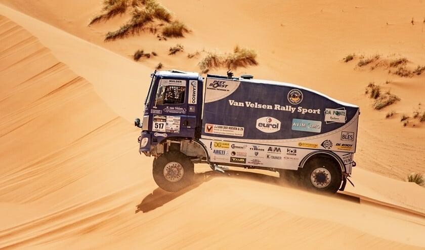 Het 'Blauwe Schatje' van Aad van Velsen in de Marokkaanse woestijn (foto: Jeroen van Oers, Rallymaniacs).