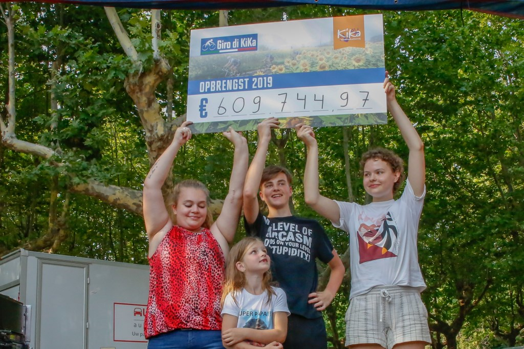 Het totaalbedrag was: 609.745 euro. Er waren verschillende kinderen 'met een verhaal' aanwezig die de cheque met het mooie bedrag mochten tonen. Foto: pr  © Postiljon