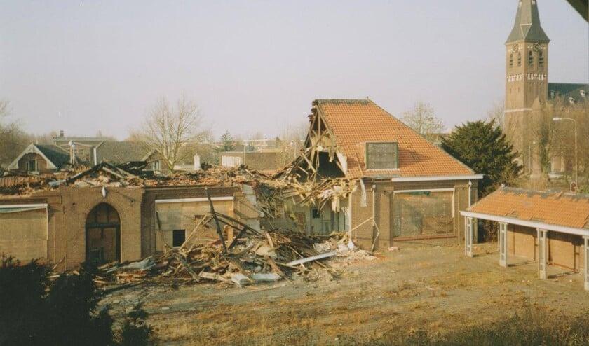De school is in de jaren negentig na een verwoestende brand gesloopt en nu staat op die plek het winkelcentrum Ackershof 1.