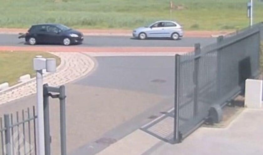 Een lichtblauwe Seat Ibiza en donkere Toyota met fietsendrager.