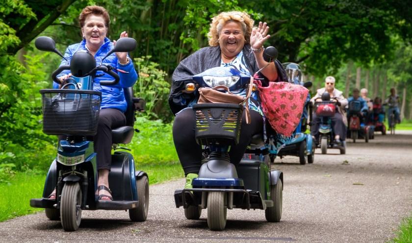Sonja en Elze genieten zichtbaar tijdens de scootmobieltocht door het Zoetermeerse groen.Foto: Regio TV infothuis