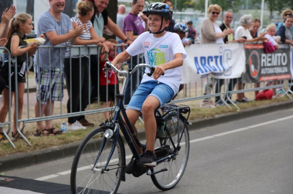 Jens op de fiets van zijn moeder.   © Telstar Uitgeverij B.V