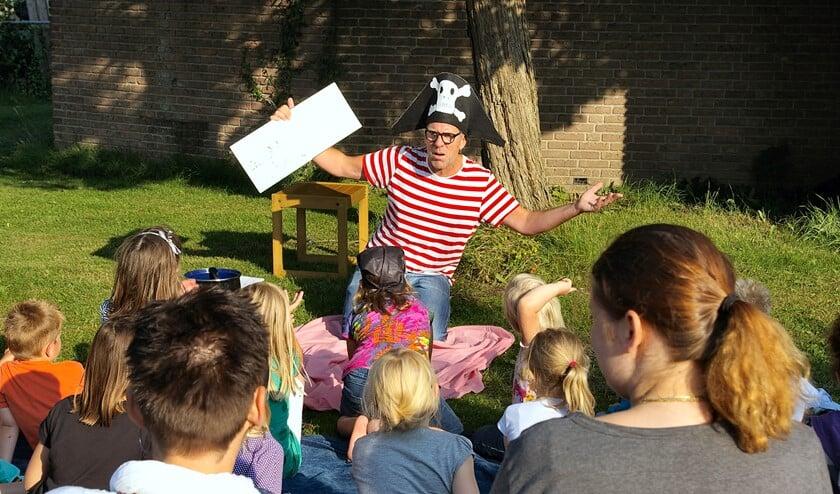 Ton Meijer neemt de kinderen mee op zijn piratenavontuur.