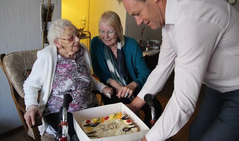Van de burgemeester kreeg de 103-jarige bloemen en van Veenhage een lekkere taart.