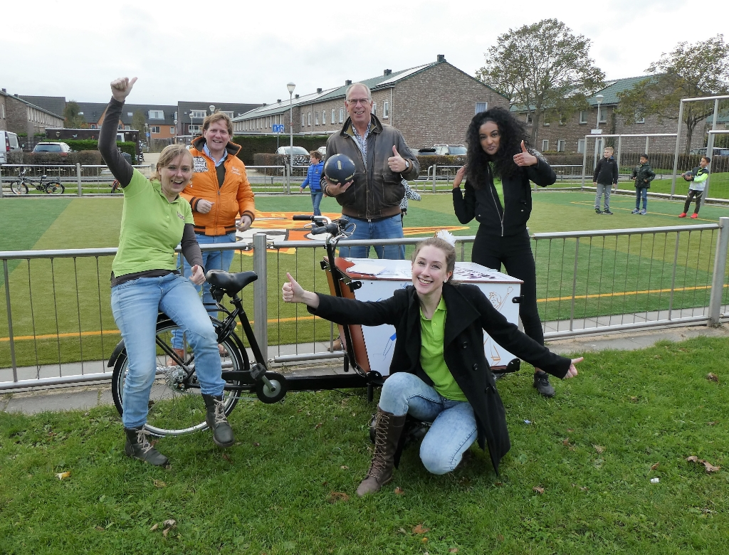 <p>Lisanne, Boy, Johan, Rebekka en Emily (v.l.n.r.) zijn blij met dit resultaat.</p>  © Telstar Uitgeverij B.V
