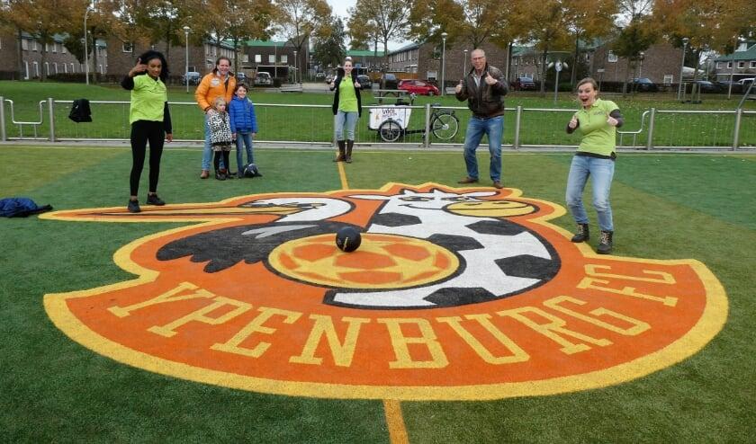 <p>Alle betrokkenen verzameld rond het logo van Ypenburg FC. Foto's: Dick Muijs</p>
