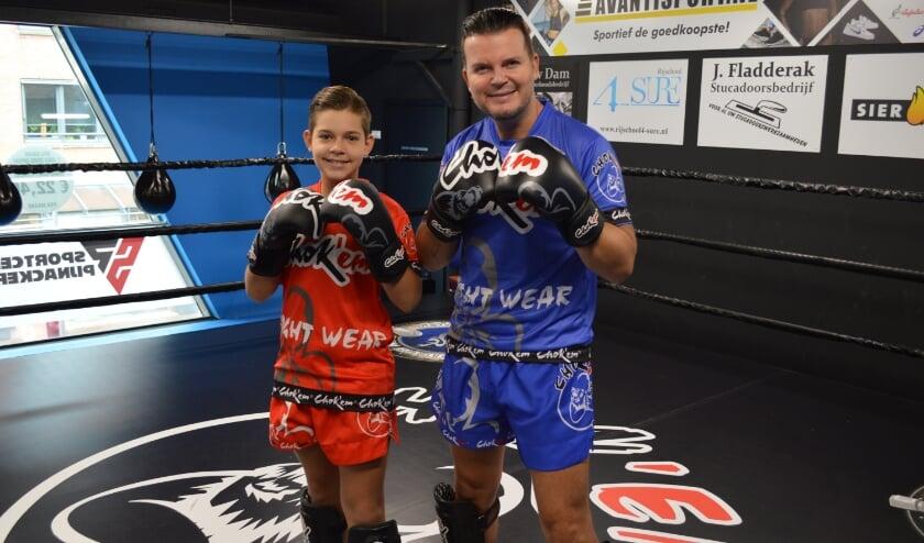 <p>Kickbokser Jaylen met zijn vader Mike Peterson in de ring. Tekst en foto: Ed Nulle.</p>