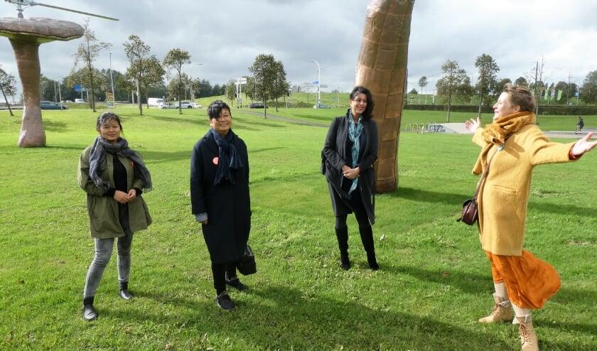 <p>Familie Huang Yong Ping, stadsdeeldirecteur Petra Sevinga en projectleider Wineke van Muiswinkel (v.l.n.r.). Tekst en foto: Dick Muijs<br><br></p>