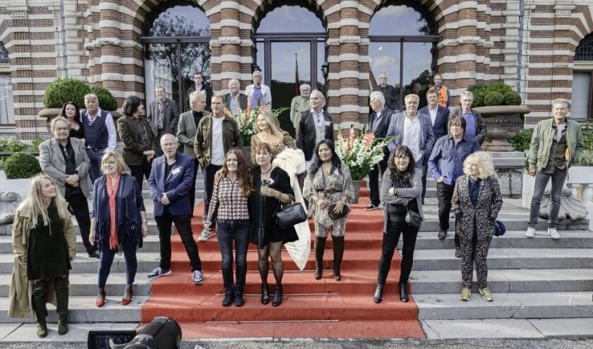 <p>Bekende (Haagse) popmuzikanten samen, maar op enige afstand van elkaar, op het bordes van het kasteel. Foto: pr</p>