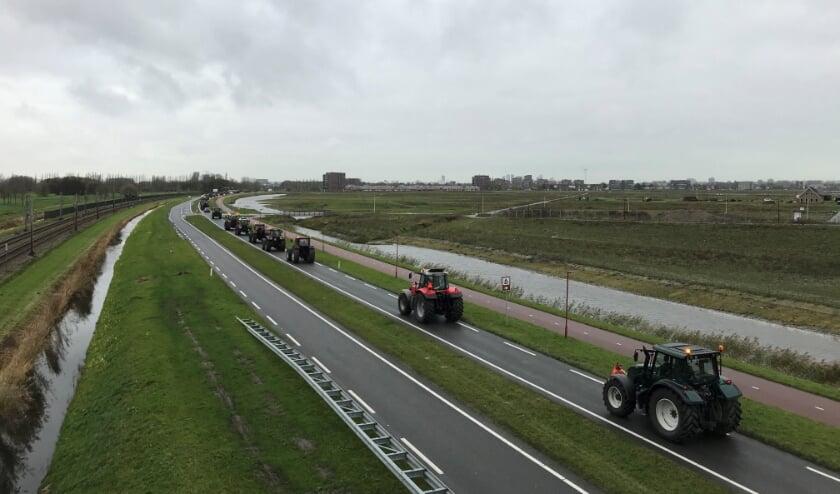 <p>Tienallen boeren reden met hun tractor via de Zoetermeerse Rijweg bij Leidschenveen richting Den Haag. Foto: Desiree van Berkel (overige &nbsp;twee foto&#39;s: Ronald &nbsp;Koster) </p>