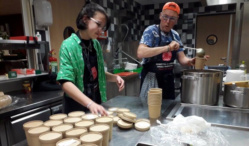 <p>Kok Bart aan het werk met zijn dochter. Er mochten maar twee mensen in de keuken wegens corona regels. Eerst de kok met andere vrijwilliger, daarna de kok met zijn eigen vrouw en vervolgens met dochter. Foto&#39;s: pr</p>