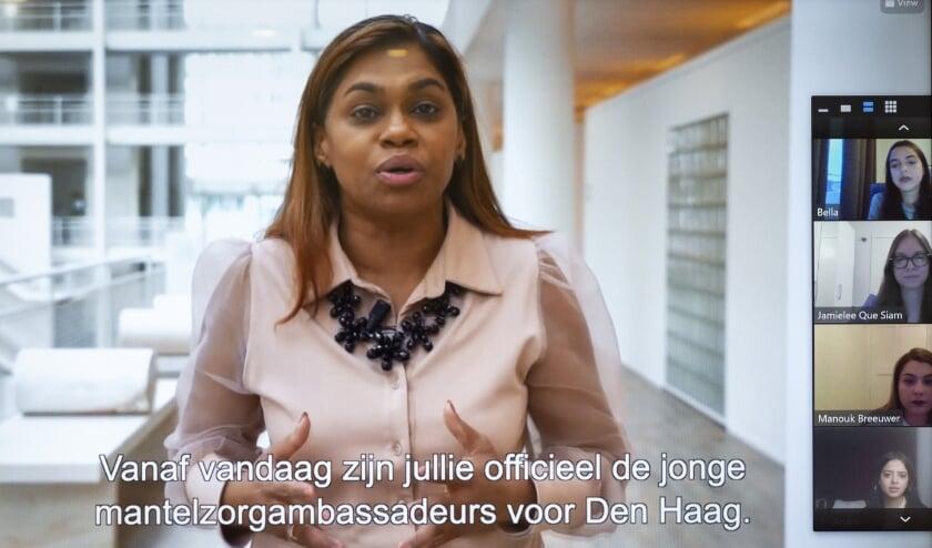 <p>Tijdens de digitale bijeenkomst met PEP Den Haag op 10 november feliciteert wethouder Kavita Parbhudayal per video de jonge mantelzorgambassadeurs. Foto: Henri&euml;tte Guest<br><br><br></p>
