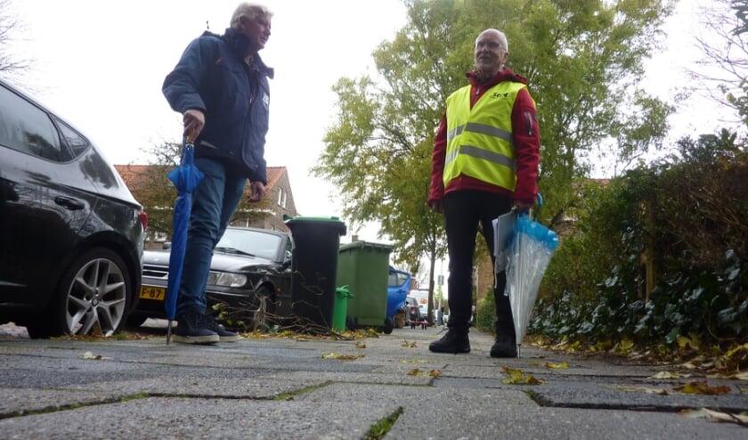 <p>Bij het meldpunt kwamen 350 meldingen binnen over &lsquo;struikelstoepen&#39;, vertelt Bob (rechts). Links wegbeheerder Ed. Foto: Magda de Vetten</p>