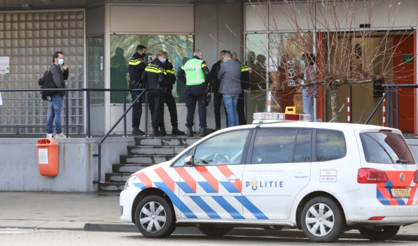 <p>Het pakket bij het PostNL gebouw aan het Loire in Leidschenveen bleek lege granaathulzen te bevatten. Foto: Regio15.nl</p>