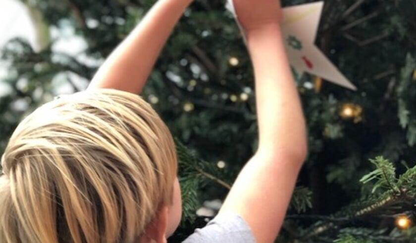 <p>Basisschoolkinderen hebben hun kerstwensen in de kerstboom bij buurthuis De Yp gehangen. Foto&#39;s: pr</p>