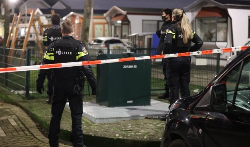 <p>Agenten in steek- en kogelwerende vesten waren snel ter plaatse aan de Henricuskade op Ypenburg. Foto: Regio15.nl</p>